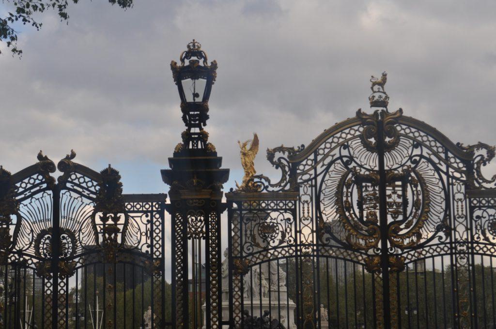 porte dorée monumentale
