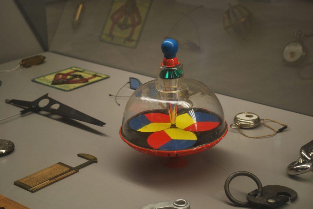 exposition milan le design en temps de crise graphiste strasbourg freelance toupie jouet